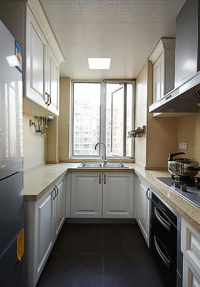 厨房,米色墙砖,白色橱柜和黑色地砖搭配出空间的层次